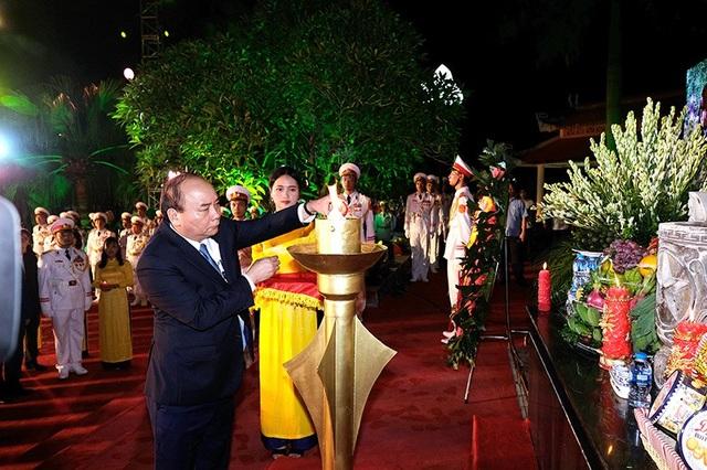 Thủ tướng Nguyễn Xuân Phúc thắp lửa tại Đài Tưởng niệm liệt sĩ. Ảnh: VGP