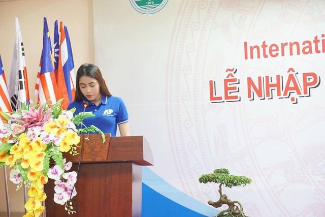 Ella A. Elejorde - đại diện tân sinh viên quốc tế lên chia sẻ cảm nghĩ.
