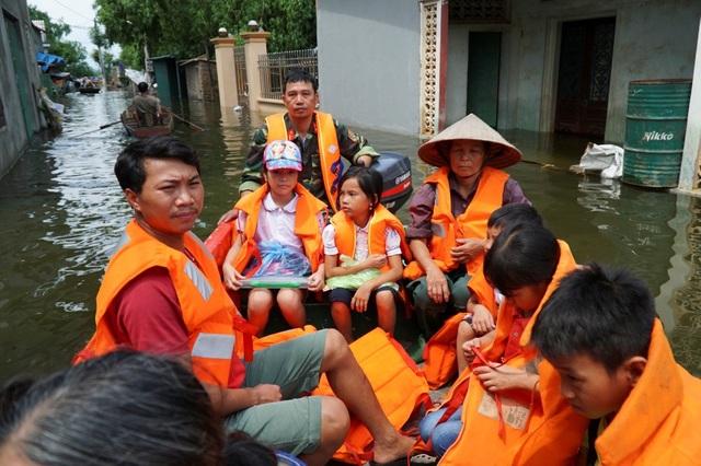 Các em học sinh cấp 1 mới được đi học trở lại sau hơn 10 ngày nghỉ vì ngập.
