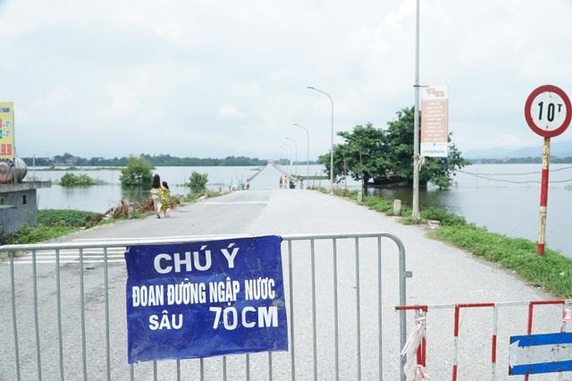 Tỉnh lộ 421B nối từ Đại lộ Thăng Long đi Xuân Mai lại ngập sâu, cơ quan chức năng phải đặt biển cảnh báo nguy hiểm tại đây.