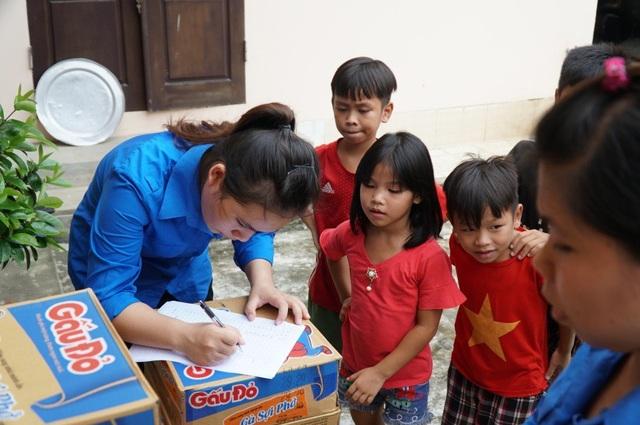 Một số nhà hảo tâm đã hỗ trợ mỗi gia đình tại thôn Cấn Hạ một thùng mỳ tôm và một bình nước sạch.
