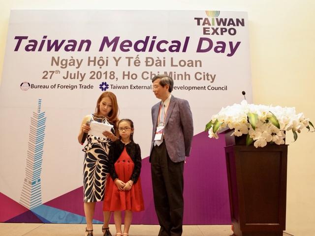 Giáo sư Jui-Heng Hu – Giám đốc Bệnh viện National Taiwan University (NTUH) và gia đình em bé người Việt ghép gan thành công