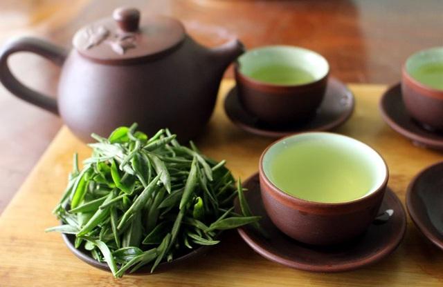 Nước trà đạt chuẩn thường xanh trong, có hương thơm dịu