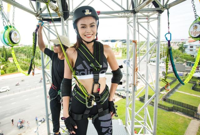 Và đứng ở độ cao của tòa nhà 5 tầng, Mâu Thủy liên tục nhận được lời thách thức từ các fan bên dưới. Có vẻ cô nàng đang rất tự tin cho một cú nhảy lớn!
