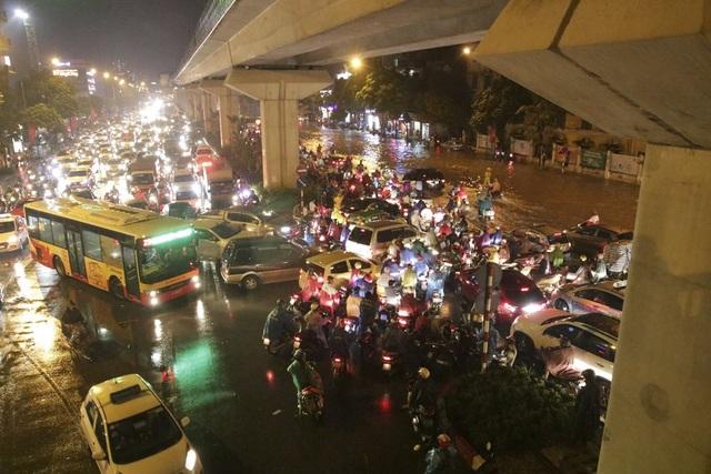 """Hà Nội: Mưa lớn, hàng nghìn phương tiện """"chôn chân"""" trên đường - 11"""