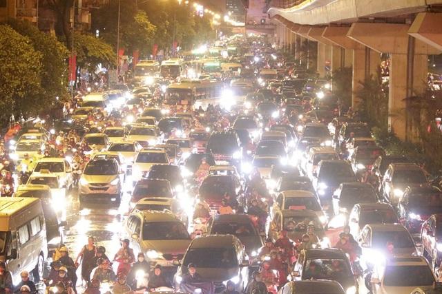 """Hà Nội: Mưa lớn, hàng nghìn phương tiện """"chôn chân"""" trên đường - 15"""