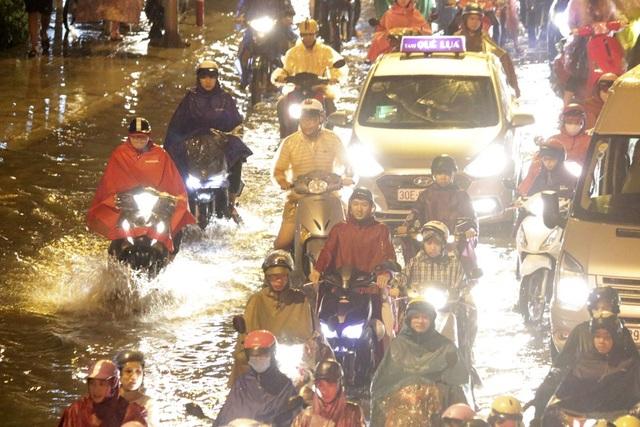 Phần lớn các phương tiện đứng im tại chỗ vì không còn đường thoát, một số nhỏ đành đi liều qua chỗ nước sâu.