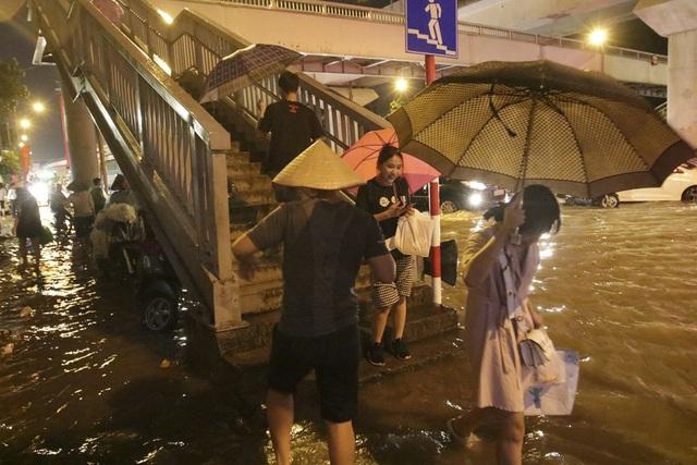 """Hà Nội: Mưa lớn, hàng nghìn phương tiện """"chôn chân"""" trên đường - 6"""