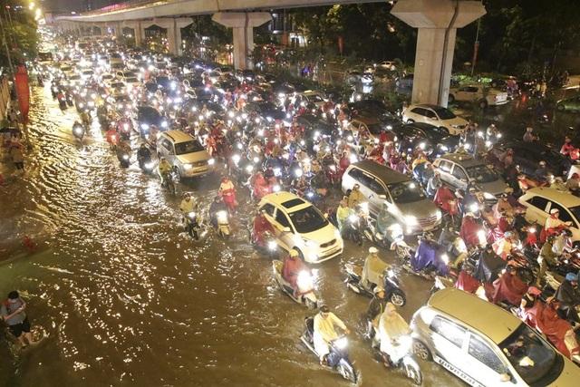 """Hà Nội: Mưa lớn, hàng nghìn phương tiện """"chôn chân"""" trên đường - 8"""