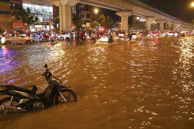 """Hà Nội: Mưa lớn, hàng nghìn phương tiện """"chôn chân"""" trên đường - 9"""