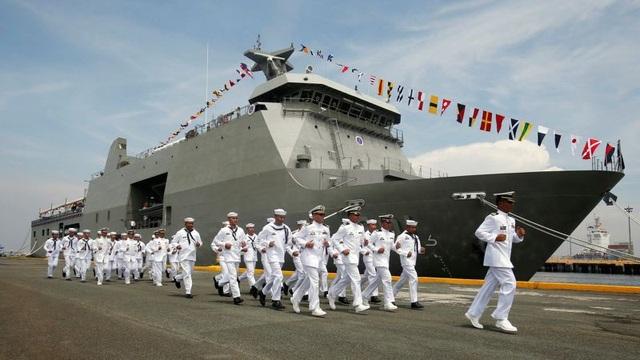 Các sĩ quan Hải quân Philippines trước một tàu chiến. (Ảnh: Reuters)