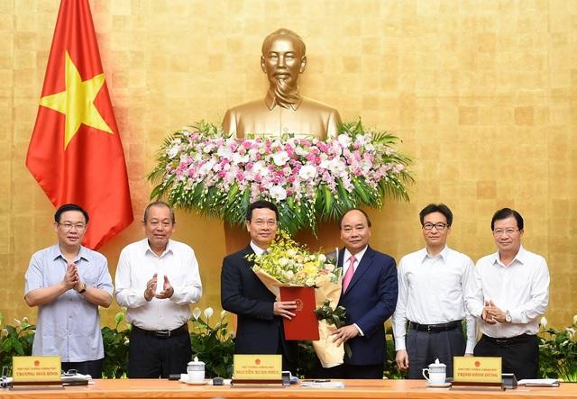 Thủ tướng Nguyễn Xuân Phúc trao quyết định giao quyền Bộ trưởng Bộ Thông tin và Truyền thông cho ông Nguyễn Mạnh Hùng - Ảnh: VGP