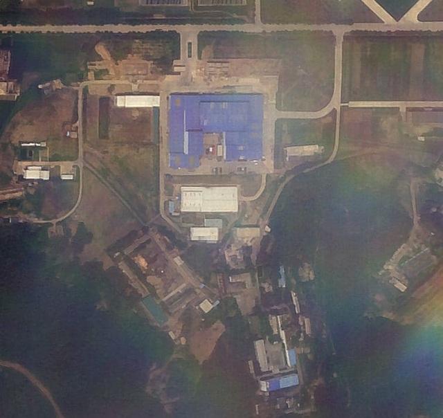 Ảnh vệ tinh cho thấy cơ sở tên lửa Sanumdong ở phía nam Bình Nhưỡng vào ngày 7/7. Phương tiện màu đỏ ở khu vực trong sân tương tự loại từng được Triều Tiên sử dụng để vận chuyển tên lửa. (Ảnh: Planet)