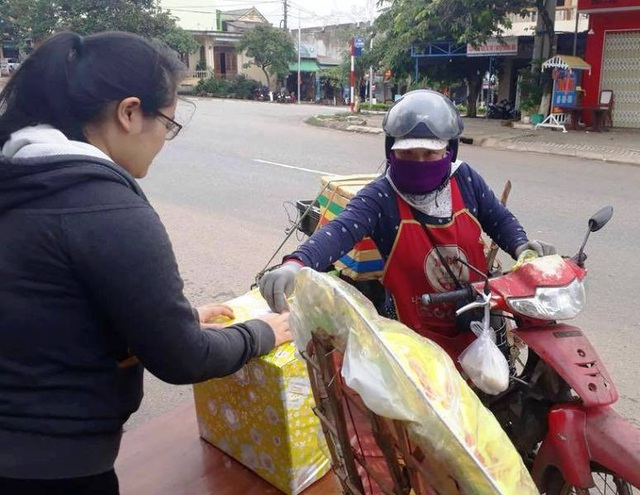 Người đi đường tự nguyện đóng góp tiền giúp các nạn nhân
