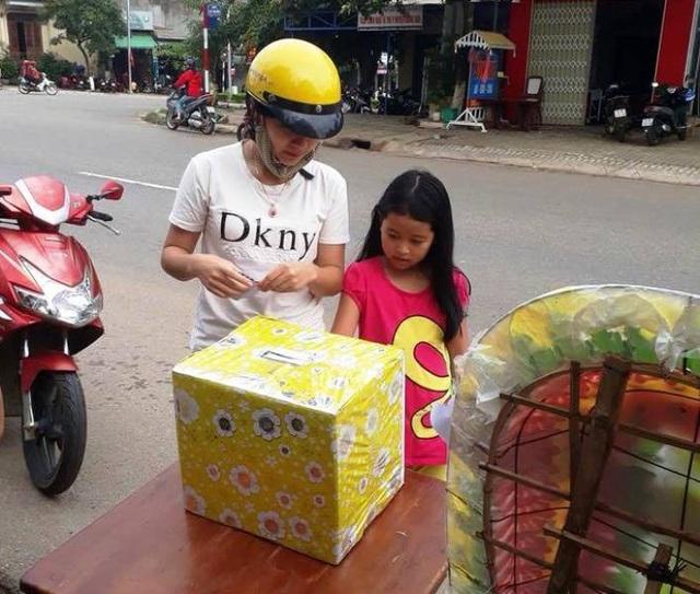 Người mẹ cùng con nhỏ tham gia hỗ trợ các nạn nhân