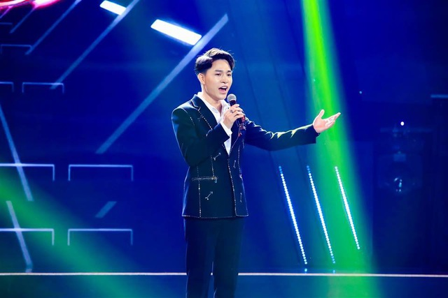 Tùng Anh - chàng trai sở hữu giọng hát đầy màu sắc khi thể hiện ca khúc Cô gái vót chông tại Tuyệt đỉnh song ca 2018.