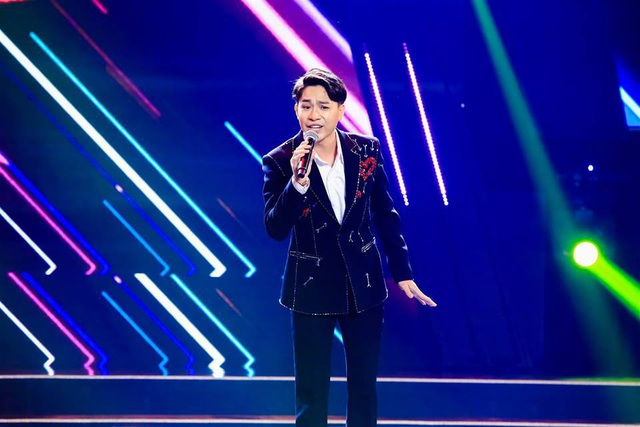 Nguyên Khang tiết lộ, trong một cuộc thi âm nhạc khác, Tùng Anh khá là mũm mĩm, nhưng hiện giờ thì cậu đã lột xác hoàn toàn.