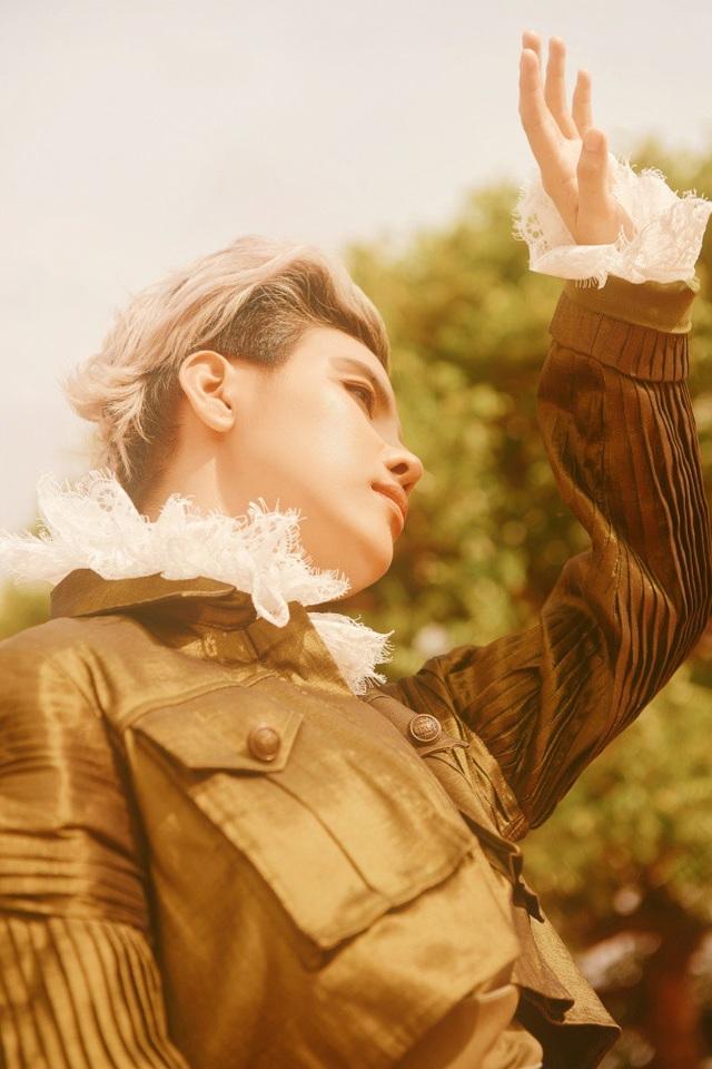 Nữ ca/nhạc sĩ cho biết, cô vốn luôn yêu thích hình tượng Hoàng tử bé trong tác phẩm cùng tên của nhà văn Pháp Antoine de Saint-Exupéry.