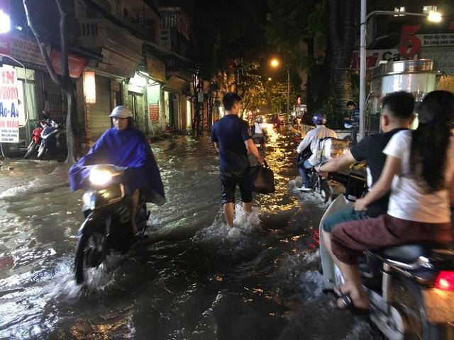 """Hà Nội: Đường phố """"chết cứng"""" trong cơn mưa lớn giờ tan tầm - 5"""