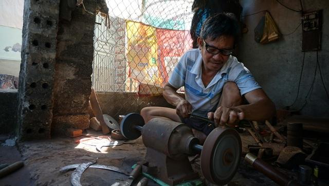 Để mưu sinh, người thợ rèn quên hết cả những nắng nóng, mỏi mệt.