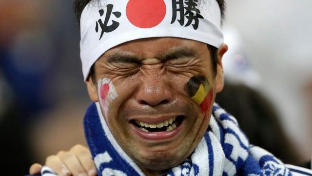 Một cổ động viên Nhật Bản không giữ được nước mắt khi đội nhà dừng bước tại vòng 1/8 trước Bỉ - một đối thủ được đánh giá là mạnh hơn rất nhiều.