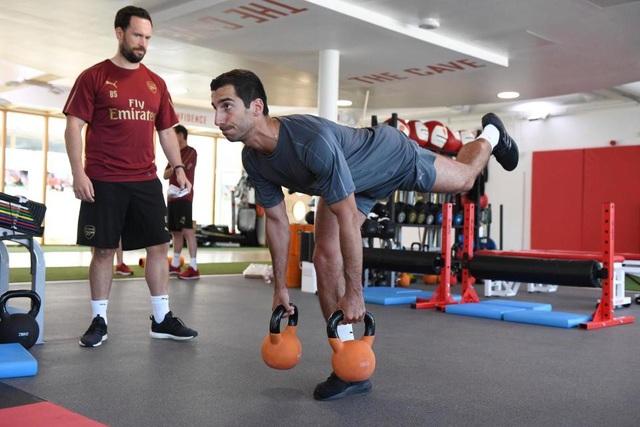 Henrikh Mkhitaryan cùng huấn luyện viên thể lực Barry Solan
