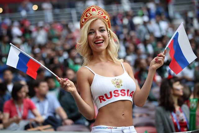 Nữ cổ động viên đội tuyển Nga mừng rỡ trước chiến thắng của đội nhà để lọt vào tứ kết