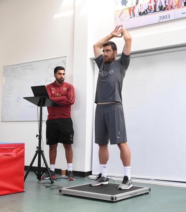 Sokratis Papastathopolus kiểm tra sức khỏe trước khi bắt tay vào tập luyện