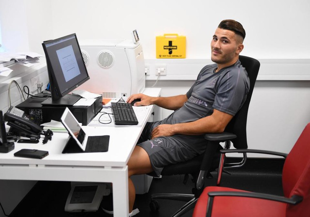 Sead Kolasinac tại trung tâm tập luyện của Arsenal ở Colney, London