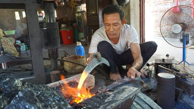 Ông Sinh miệt mài với công việc thường ngày trong cái nắng hơn 40 độ C.
