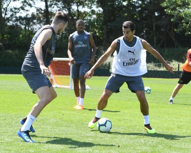 Các cầu thủ Arsenal trong bài tập nhóm