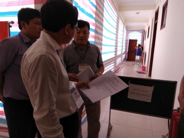 Ông Mai Văn Trinh, Cục trưởng Cục Quản lý chất lượng kiểm tra biên bản mở túi bài thi ở khu vực chấm thi trắc nghiệm của Hòa Bình.