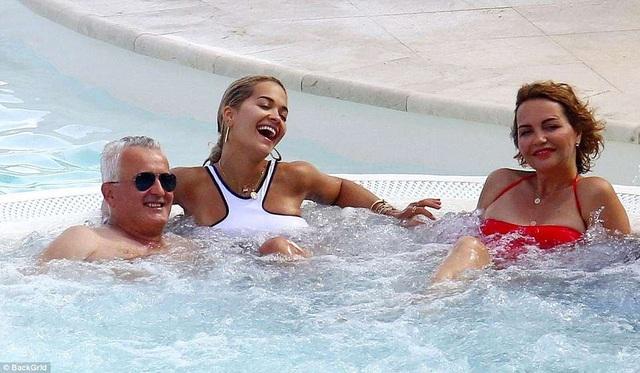 Bố mẹ Rita Ora rất trẻ và luôn là nguồn động viên lớn với con gái.