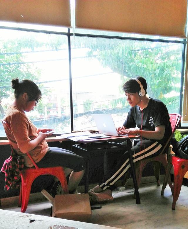 Nhiều sinh viên mang cả sách vở, laptop ra ngồi học tại các quán nước.
