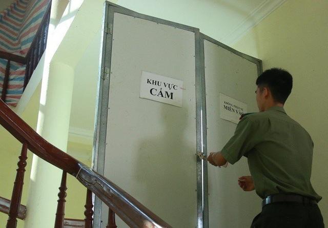 Phòng chấm thi trắc nghiệm của Hòa Bình trước đó cũng được canh gác cẩn mật. (Ảnh: T. Hùng).