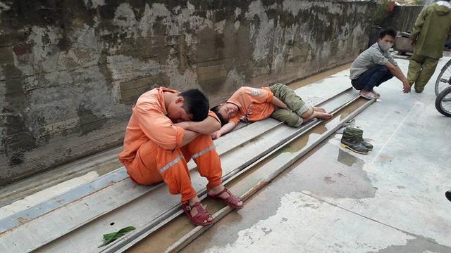Công nhân ngành điện tranh thủ nghỉ ngơi vì quá mệt (ảnh: FB Vũ Hải)