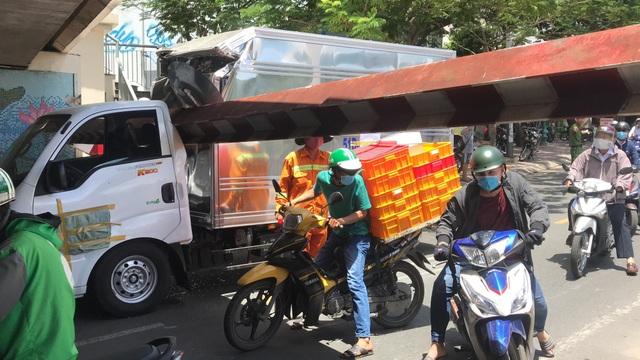 Xe tải chui gầm cầu, húc đổ thanh barie giới hạn chiều cao - 3