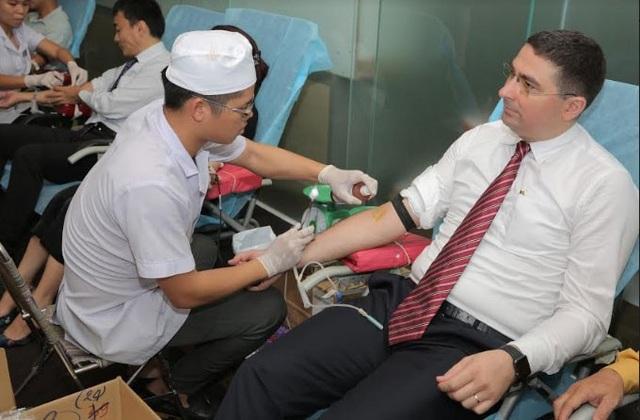Ông Attila Vajda - Tổng Giám Đốc hệ thống phòng quốc tế Careplus đang thực hiện hiến máu