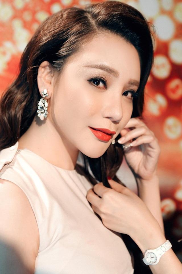 """Hồ Quỳnh Hương được biết đến với danh hiệu """"cô gái của những giải thưởng""""."""