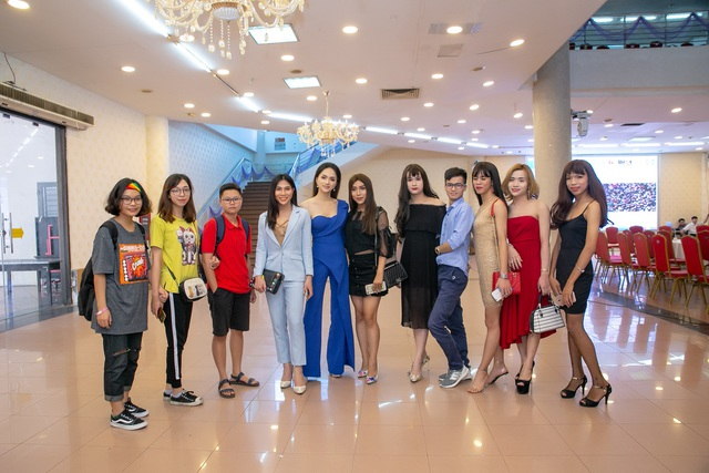 Hương Giang Idol và các thành viên trong cộng đồng LGBT tham gia buổi giao lưu tại Hà Nội.