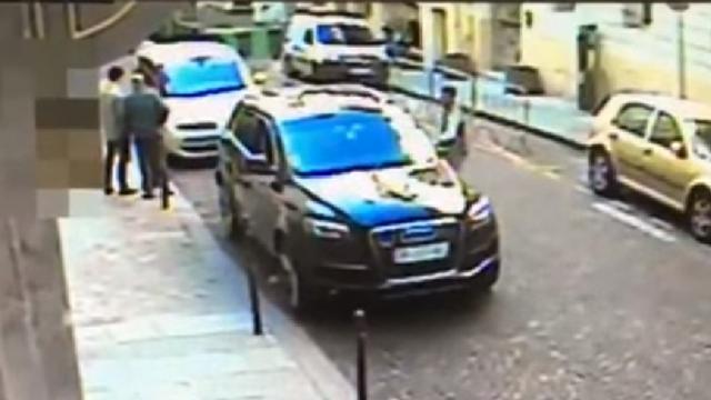 Khoảnh khắc tên trộm mở cửa xe và lái đi giữa ban ngày (Ảnh: RT)