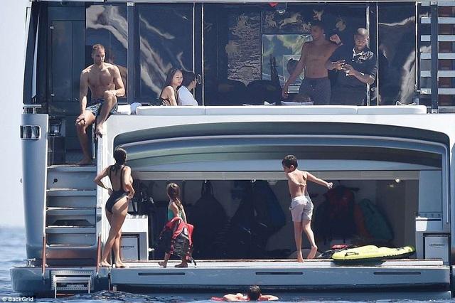 """Kourtney Kardashian: Ba con vẫn quyến rũ """"chết người""""! - 13"""