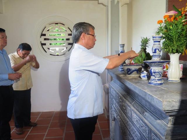 Thường trực Ban Bí thư Trần Quốc Vượng thăm, dâng hương tưởng niệm các anh hùng liệt sĩ tại Khu di tích lịch sử Tàu không số Vũng Rô