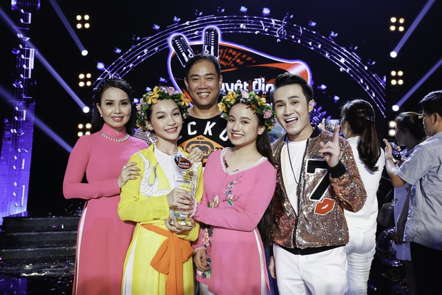 ... và Khánh Linh - Minh Ngọc đã đăng quang ngôi vị quán quân. Hai cặp đôi chia nhau giải thưởng 200 triệu đồng từ BTC.