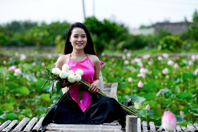 Kiều Ái, 27 tuổi, ngụ huyện Hóc Môn tạo dáng bên những bông hoa sen.