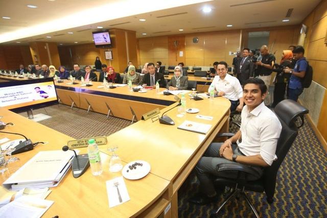 Syed Saddiq Syed Abd Rahman (phải) chủ trì một cuộc họp tại Bộ Thanh niên và Thể thao tại Putrajaya ngày 3/7/2018 - Ảnh: Malay Mail.