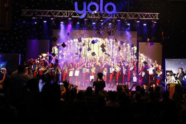 Nghi thức Tung nón đầy cảm xúc chúc mừng các bạn học viên YOLA được nhận học bổng du học trên toàn thế giới.