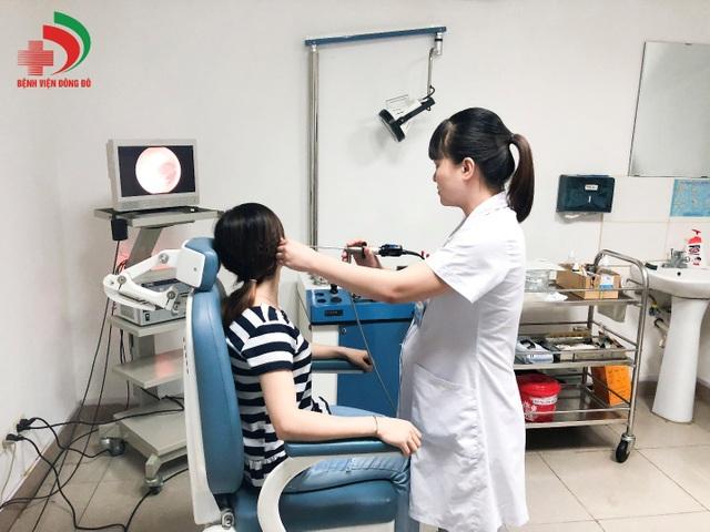 Bác sĩ Hiền Hà đang khám tai cho bệnh nhân