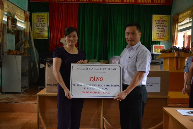 NXB Giáo dục Việt Nam tặng hàng trăm đầu sách cho học sinh vùng khó Hà Giang - 2