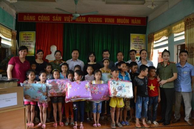 NXB Giáo dục Việt Nam tặng hàng trăm đầu sách cho học sinh vùng khó Hà Giang - 3
